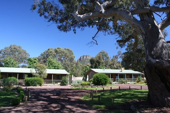 Southern Grampians Cottages: Mountain views, ancient red gums