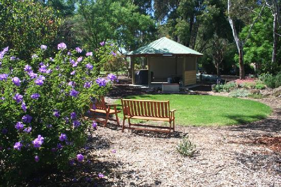 Southern Grampians Cottages: Communal barbecue area