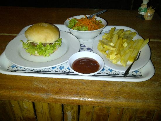 Bloom Garden Guesthouse Villa: Yummy Cheese Burger Meal from the guesthouse food menu