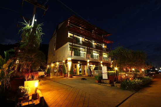 Lanta Mermaid Boutique House: Hotel building at twilight