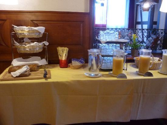 Hotel Ochsen: Juices & Bread Counter