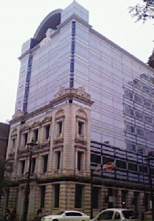 Nihonkoua Bashamichi Building: 少し離れると上部は近代的ビル