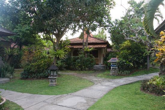 Besakih Beach Hotel: The gardens of Besakih