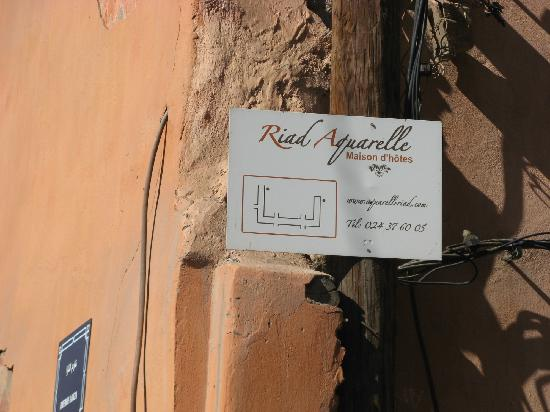 Aquarelle Riad: Getting there - sign sending you into back street (Derb Roda)