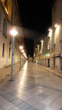 مارمونتوفا لاكشري روومز: la calle del apartamento de noche