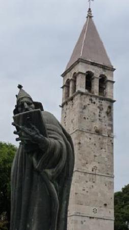 مارمونتوفا لاكشري روومز: Monumento al Obispo Grgur Nindki