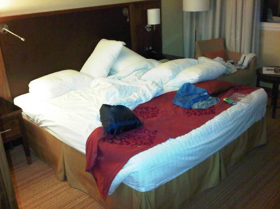 Courtyard Toulouse Airport: Messy bed
