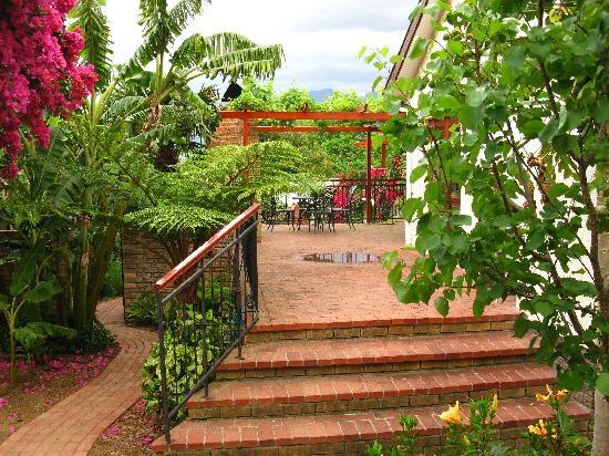 Haus Perlenblick: Terrasse mit Durchgang zum hinteren Garten