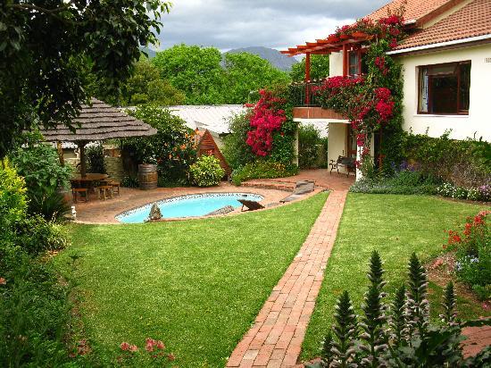 Haus Perlenblick : Hinterer Garten mit Pool und Sitzbereich
