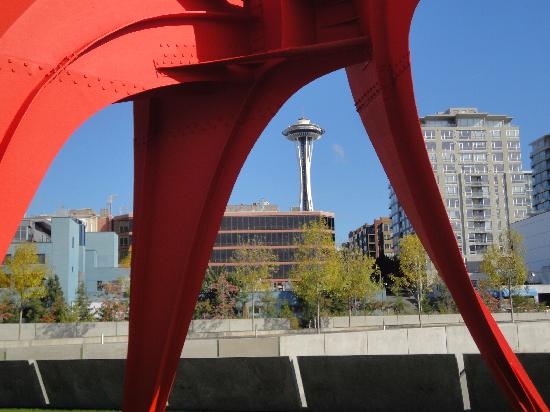 Olympic Sculpture Park: Skulptur und Space Needle