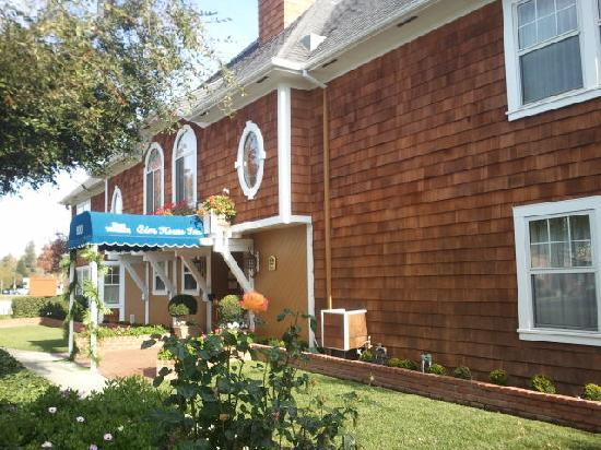 BEST WESTERN PLUS Elm House Inn: the building