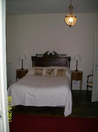This is the bedroom where I stayed at Repos a Riberac, beautiful room, clean and great large pri