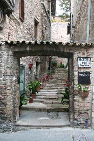 Hotel Lieto Soggiorno: INGRESSO AL CORTILE