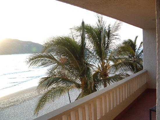 Hotel Playa Mazatlan: View from both sides of our patio