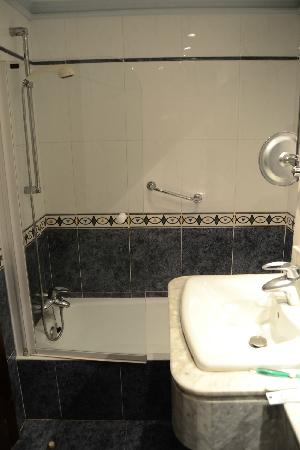 Hotel R. Castellano III: Baño