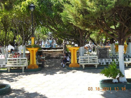 Tipicos Carlita : La vista del restaurante (Catedral de Ahuachapan