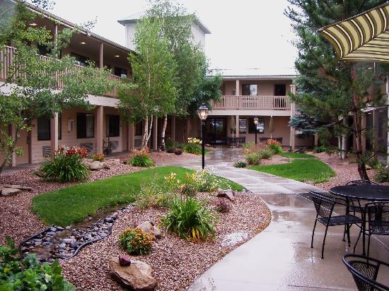 BEST WESTERN Grande River Inn & Suites: enjoy your breakfast in a beautiful courtyard