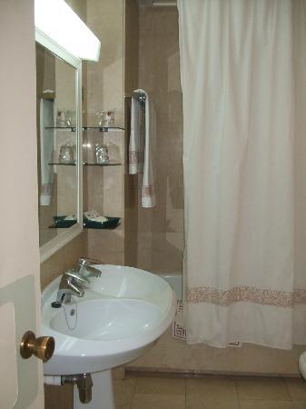 Pasarela Hotel: Baño con dos lavabos unidos