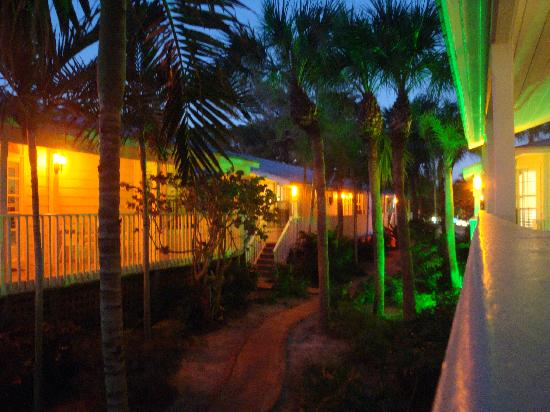 Little Gull Cottages: Beach side cottages at night