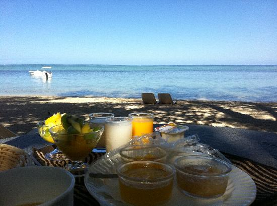 Les Lataniers Bleus: Breakfast on the beach