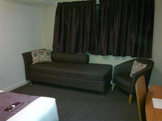 Premier Inn Cardiff City Centre Hotel: sofa in the room