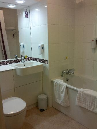 Premier Inn Cardiff City Centre Hotel: bathroom