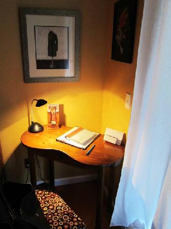 Copper City Inn: A small desk in the Colter room.