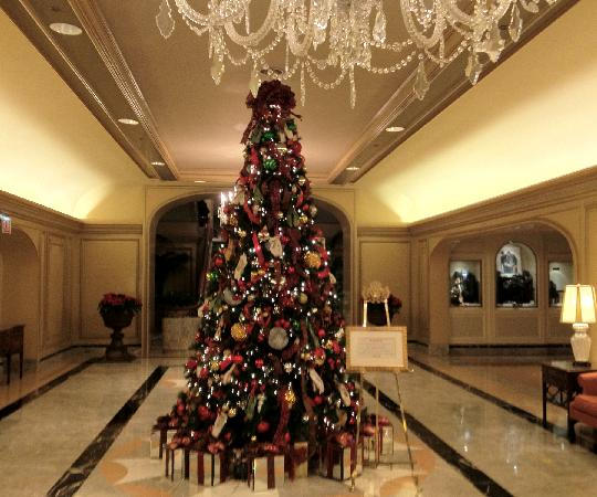 Four Seasons Hotel Chicago: The lobby Christmas Tree