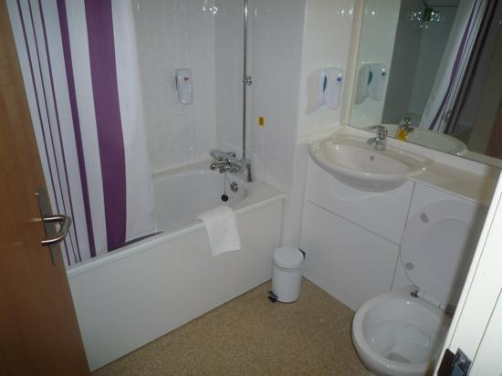 Premier Inn Kendal Central Hotel: Room 207 bathroom