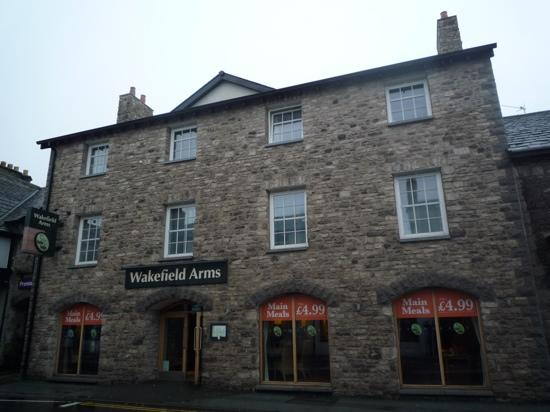 Premier Inn Kendal Central Hotel: Wakefield Arms attached pub