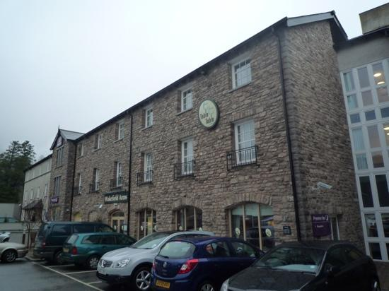 Premier Inn Kendal Central Hotel: Frontage of PI & Wakefield Arms pub