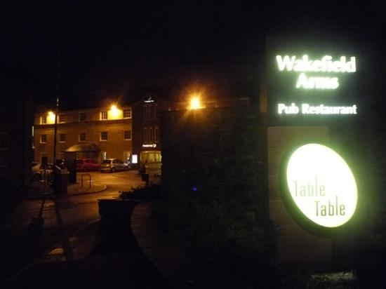 Premier Inn Kendal Central Hotel: Entrance at night