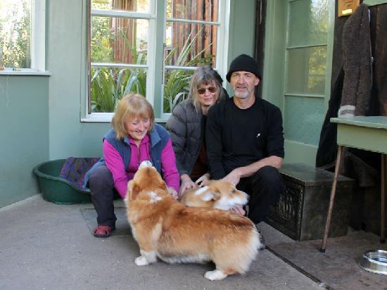 Bushy Point Fernbirds Bed and Breakfast : Ian, jenny and myself with Raki and Pippa
