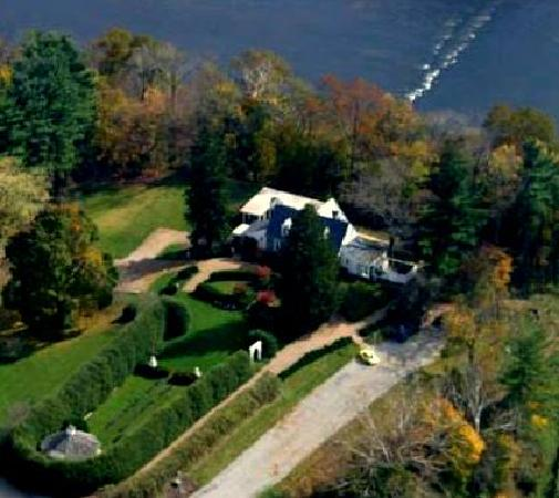 Nesselrod Bed and Breakfast: Aerial view of the Inn and the New River