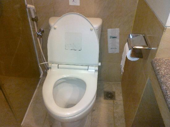 Grand Anugerah Hotel Bandar Lampung: Clean toilet
