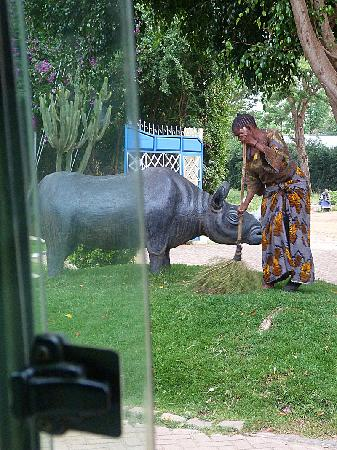 Giraffe Garden Hotel: This lady spends about 10 hours each day sweeping - the walks, the driveway, the parking spaces,
