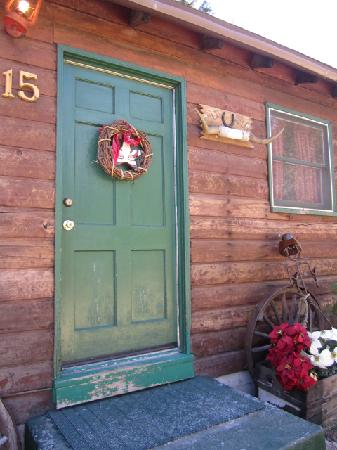 Arrowhead Pine Rose Cabins: Our door with a beautiful wreath.