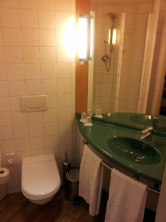 Ibis Wien City: Bathroom