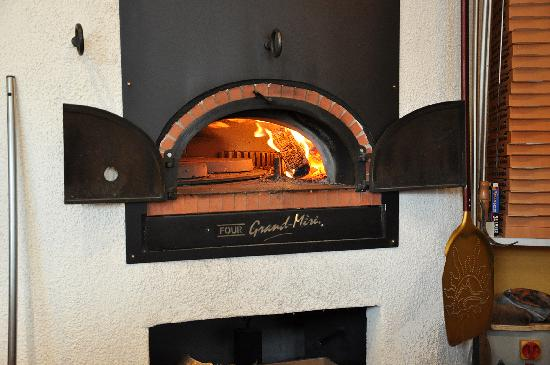pizzas cuites au feu de bois photo de le four pizza g rardmer tripadvisor. Black Bedroom Furniture Sets. Home Design Ideas
