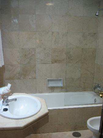 Don Curro Hotel: the bathroom