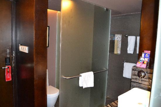 Quanji Hotel Shenzhen Dongmen : Toilet & bath room