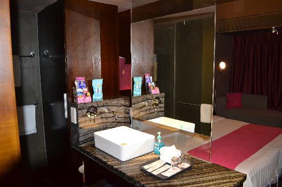 Quanji Hotel Shenzhen Dongmen : Sink & amenities