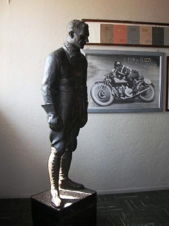 Mandello del Lario, Italia: Statua di Omobono Tenni