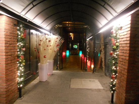 เกรซ เบจิ่ง โฮเต็ล: La entrada, dias antes de Navidad