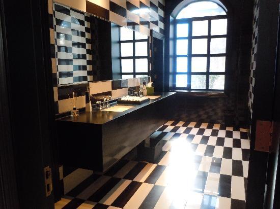 Geruisi Art Hotel: Aseo en la planta baja