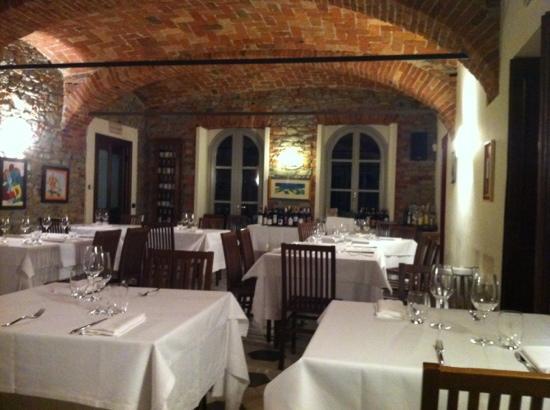 La Morra, Italia: L'interno del ristorante
