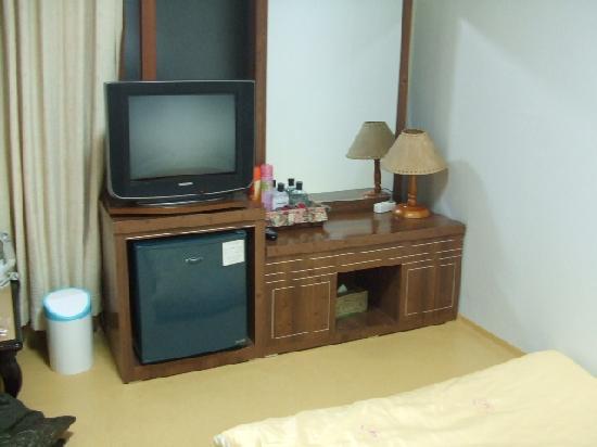 Dongshin Hotel: テレビ、鏡台