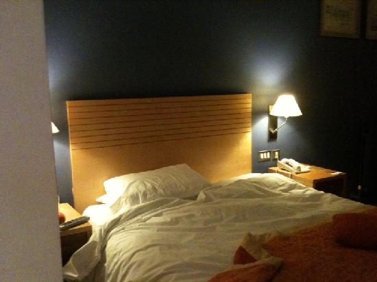 Cork Airport Hotel: The bed - cosy and clean