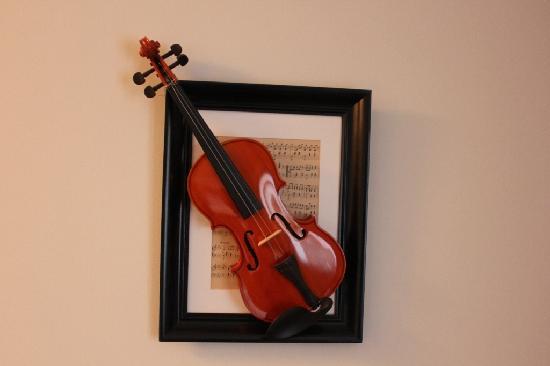 Hotel Wilhelm Busch: The violin