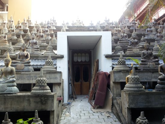 Isipathanaramaya Buddhist Temple: The buddha staircase